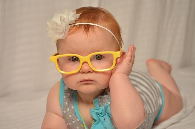نوزاد با عینک