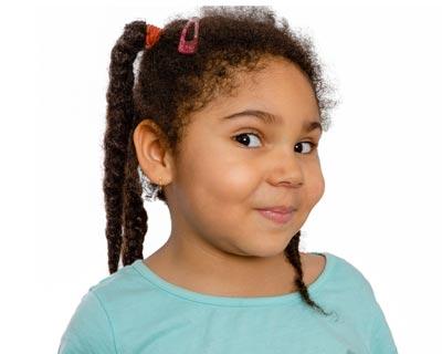 عکسی از دختری که از یک سمت به دوربین نگاه می کند